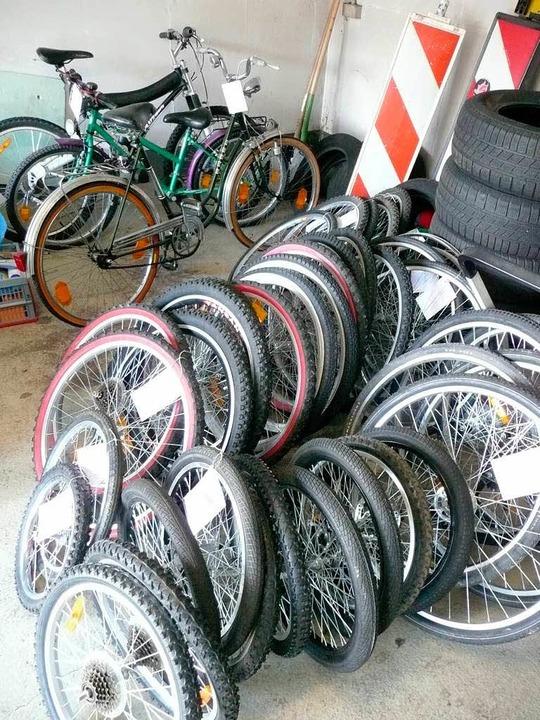 Fast ein Dutzend Fahrräder und komplet...die Reifen gehören der Polizei …  | Foto: peter stellmach