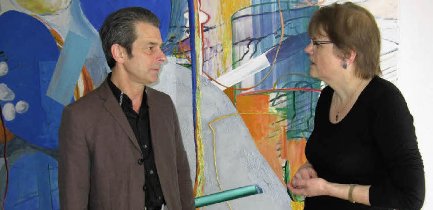 Der Maler Erwin Holl vor einem seiner ...präch mit der Autorin Karin Gündisch.     Foto: Dorothee Möller-Barbian