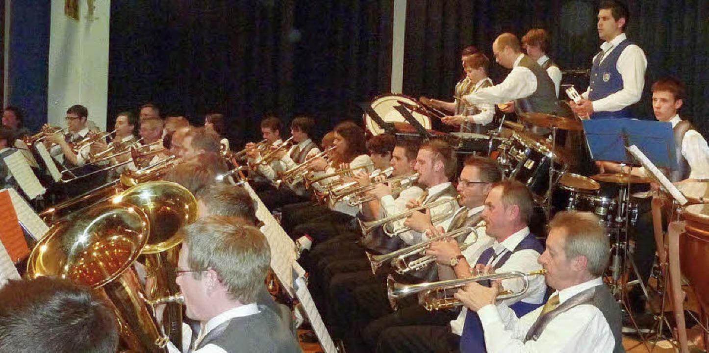 Die vereinigten Trompeten der Musikver...rt am  Samstagabend in der Jahn-Halle.    Foto: Kalrernst Lauffer