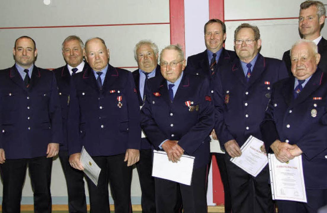 Kommandant Jochen Böhme (links),  Krei...ue zur  Breisacher Feuerwehr zu ehren.    Foto: meike zorn