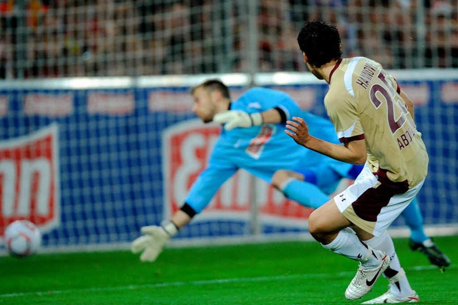 Mohammed Abdellaoue von Hannover (r) erzielt gegen Oliver Baumann von Freiburg  das 0:1. (Foto: dpa)