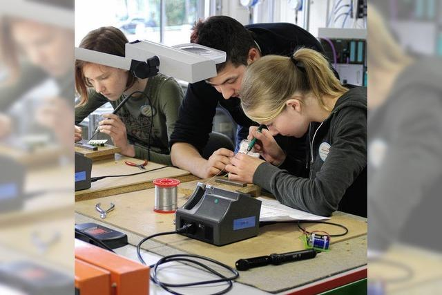 Mädchen lernen Technik kennen