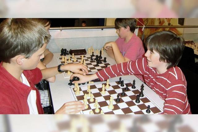 Zehnjähriges Nachwuchstalent am Schachbrett