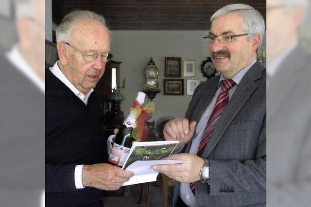 Jubiläumssekt für Ehrenbürger Gustav Herr