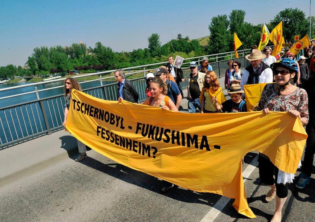 Eine Rheinbrücke voller AKW-Gegner: Protest zwischen Neuf Brisach und Breisach.  | Foto: dpa