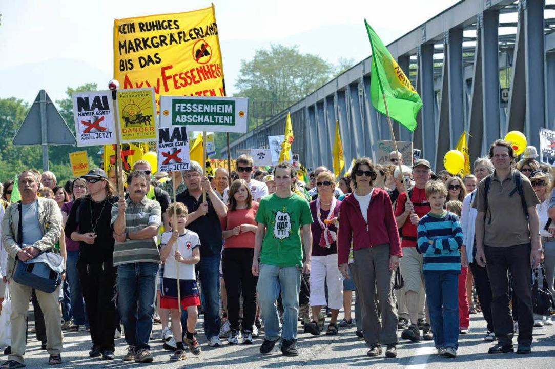 Rund 3000 Atomkraftgegner aus Deutschl...den beiden Rheinbrücken bei Neuenburg.  | Foto: Volker Münch