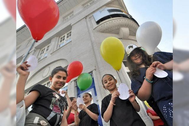 Ballons mit den Wünschen der Kinder steigen in den Himmel