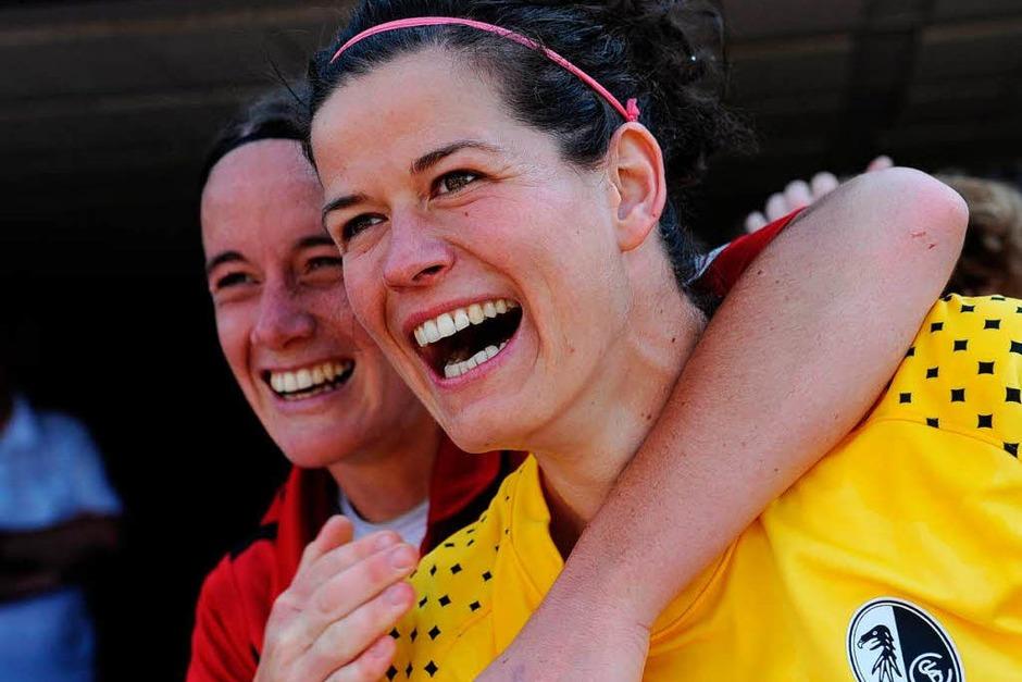 Die Frauen des SC Freiburg kehren in die Bundesliga zurück – so jubelten sie zum Saisonabschluss.