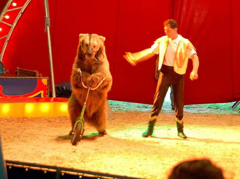 Mario und Walter Frank mit den Braunbären: Shirley fährt sogar Roller.  | Foto: Sylvia-Karina Jahn