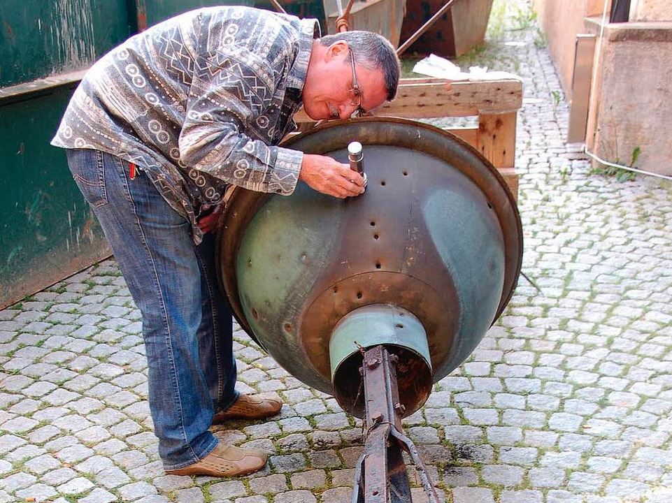 Hausverwalter Lothar Karle versucht  m...Gut zu sehen sind die Einschusslöcher.  | Foto: babeck-reinsch