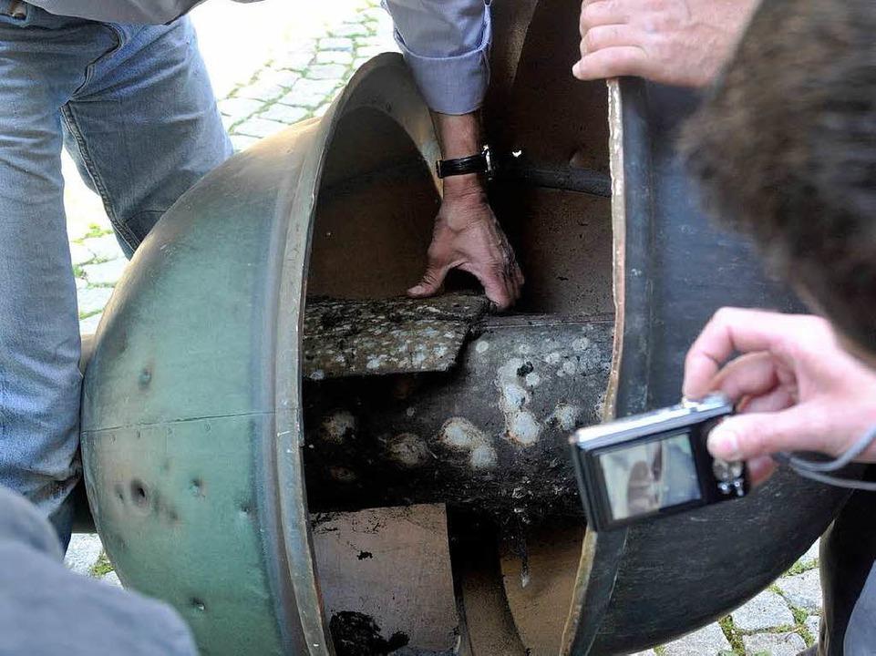 Und das birgt die Kugel: von einer Art...r Bleiverpackung geschützte Dokumente.  | Foto: Volker Münch (3)