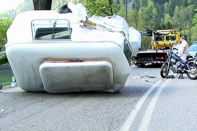 Wohnwagen umgestürzt