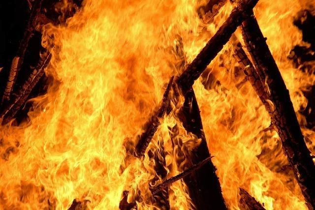 Flammen lodern in Rothaus