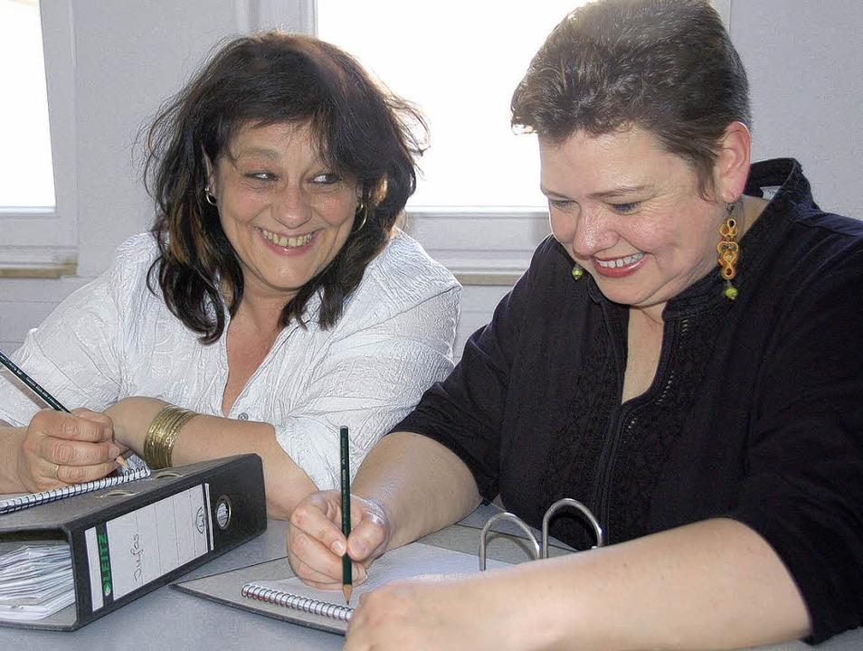 Führen Regieassistenz im Theater im St...n Fuhrmann (links) und Regina Bachert.  | Foto: Sylvia-Karina Jahn