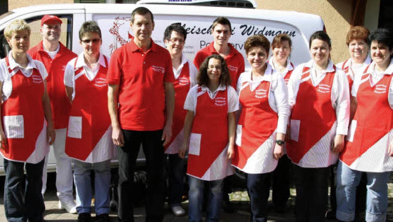 Die Angestellten der Fleischerei Widma...Hemd) und Eva Widmann (5. von rechts)   | Foto: Otmar Faller