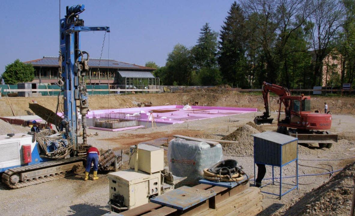Blick in die Baugrube: Hier wird fleiß...t, im Hintergrund die Hexentalschule.   | Foto: Tanja Bury