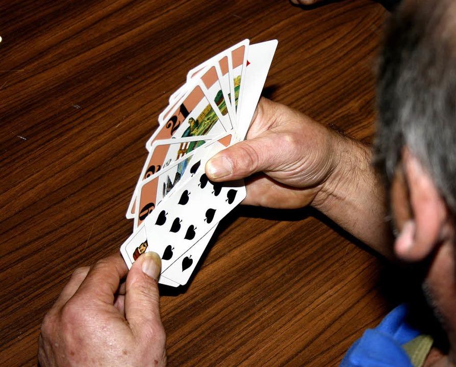 Ein gutes Blatt braucht man auch beim ...aditionsspiel  mit besonderen Karten.   | Foto: Schnekenburger/Privat