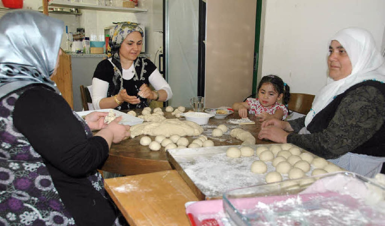 Die Frauen des Moscheevereins verkösti...ie Besucher mit ganz frischem Gebäck.   | Foto: Ounas-Kräusel