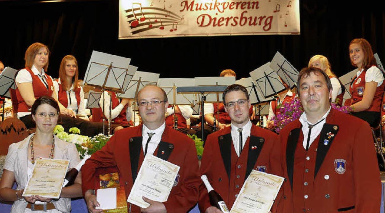 Ehrungen: Vorsitzender Lothar Kempf (r... für Jenny Durban und Simon Schmider.     Foto: Frank Leonhardt