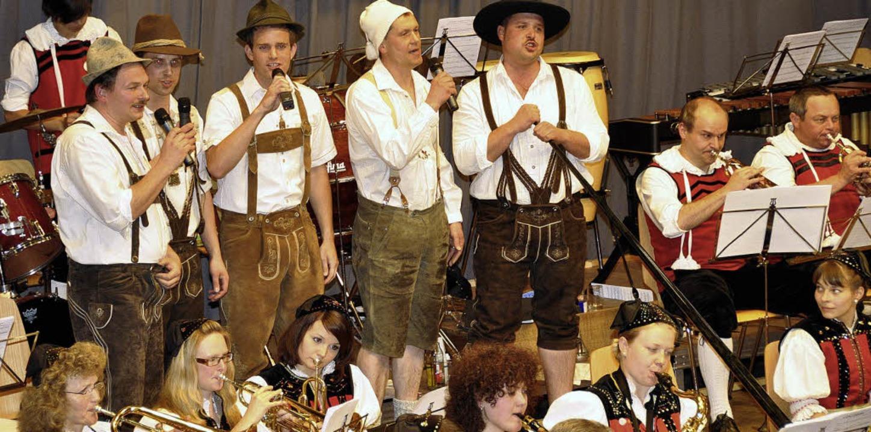 Singen können sie auch, die Jungs der ... bei den Zuhörern in der Rotmooshalle.  | Foto: kirsten lux