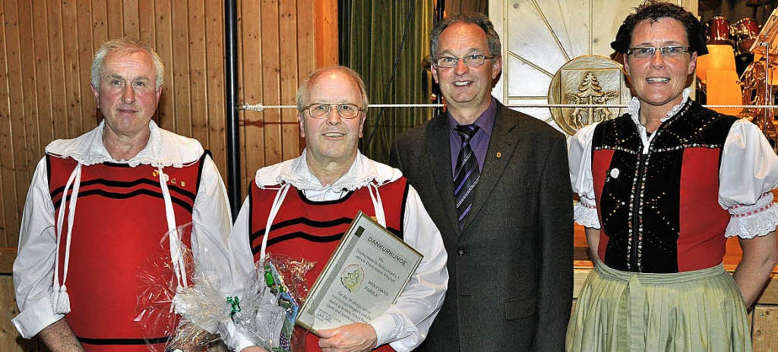 Für 40 Jahre aktive Tätigkeit bei der ...die große goldene Ehrennadel entgegen.  | Foto: Kirsten Lux