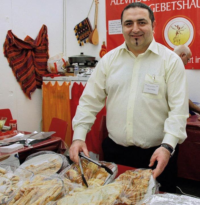 Kazim Ciftdogan im Stand der Alevitischen Kulturgemeinde auf der Regio-Messe.   | Foto: Nikolaus Trenz