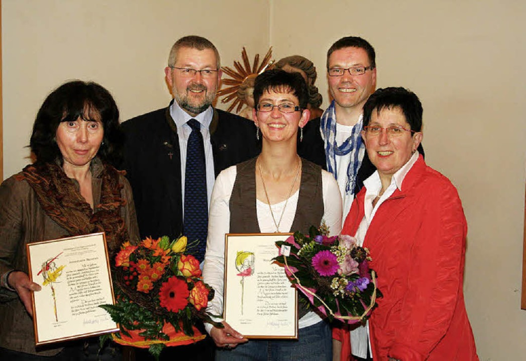 Für 40-jährigen Kirchenchorgesang  wur...hreManuela Schneider (Mitte)  geehrt.   | Foto: Karin Heiss