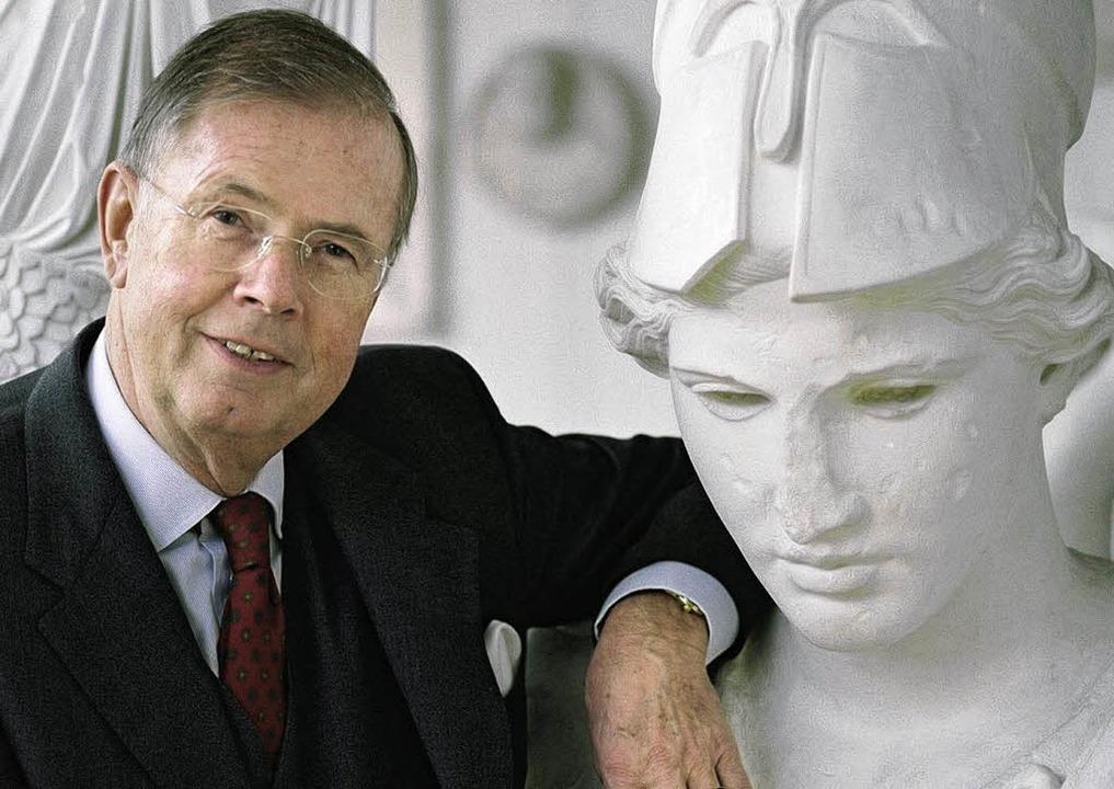 Horst Weitzmann in der Archäologischen Sammlung der Freiburger Universität  | Foto: Telemach Wiesinger