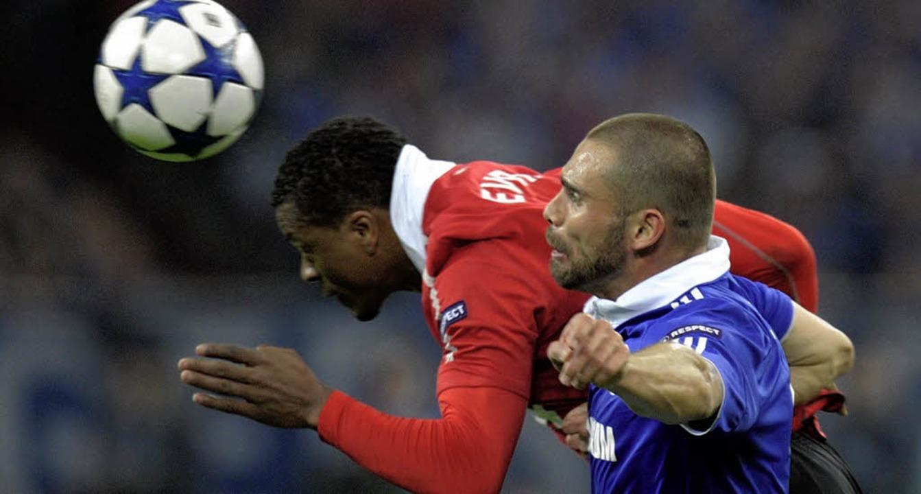 Fast immer einen Tick schneller am Bal... Trikot) gegen Schalke-Angreifer Edu.   | Foto: dapd