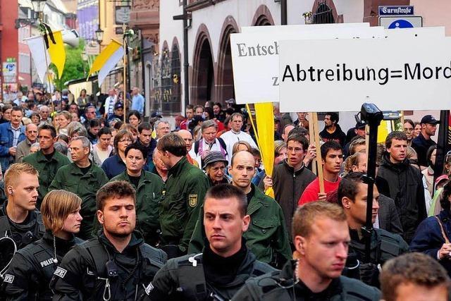 Piusbrüder beten gegen Abtreibung – von Antifa mit Kondomen beworfen