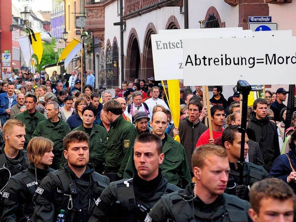 Unter Polizeischutz und Gegenprotest demonstrierten die Piusbrüder.  | Foto: Thomas Kunz