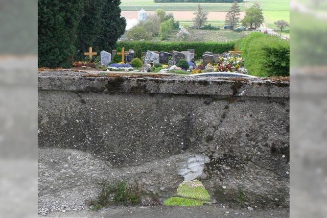 Rat plant Ortstermin an der Friedhofsmauer