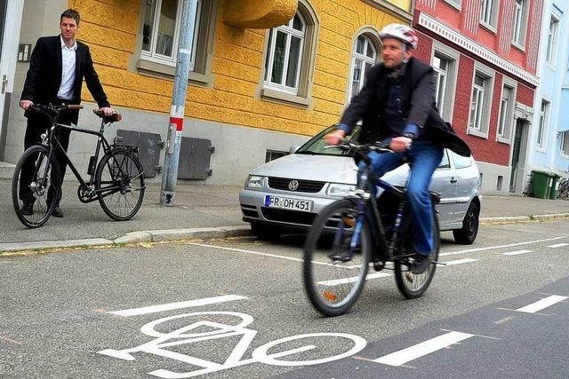 Erster Schutzstreifen: Radweg-Revolution im Rennweg