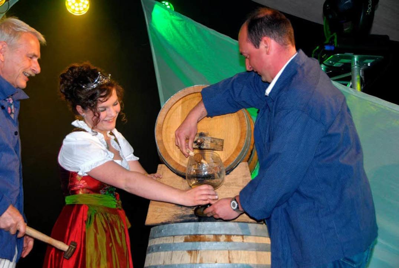 Der Weinhahn sitzt, der Festwein läuft...inger und Kellermeister Werner Giener.  | Foto: Roland Vitt