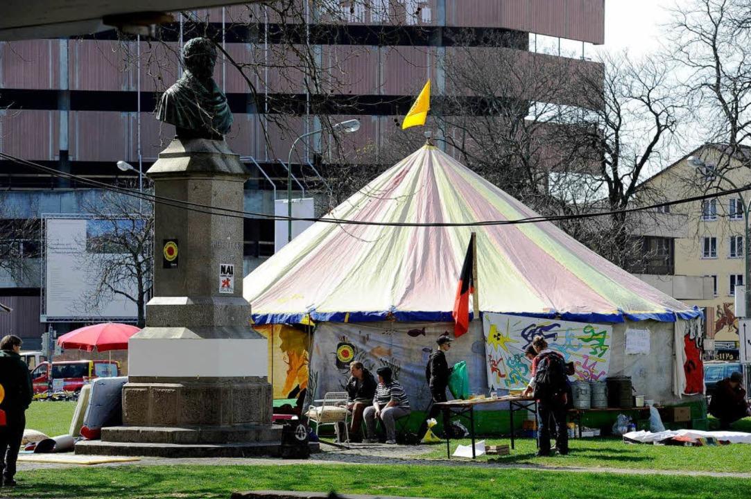 Mit einem großen Zelt fing die Mahnwache im März an.  | Foto: Ingo Schneider