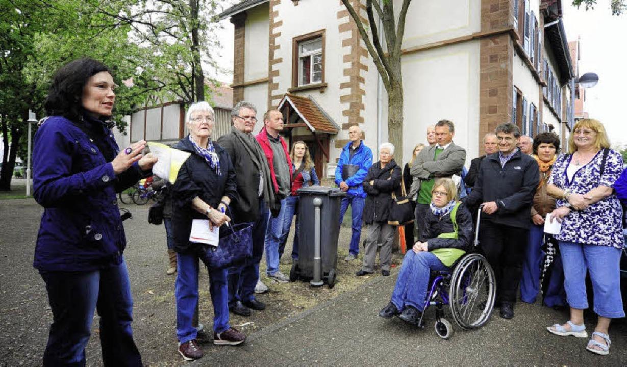 Rund 60 Freiburgerinnen und Freiburg, ... Rundgang durch drei  Stadtquartiere.   | Foto: Thomas Kunz