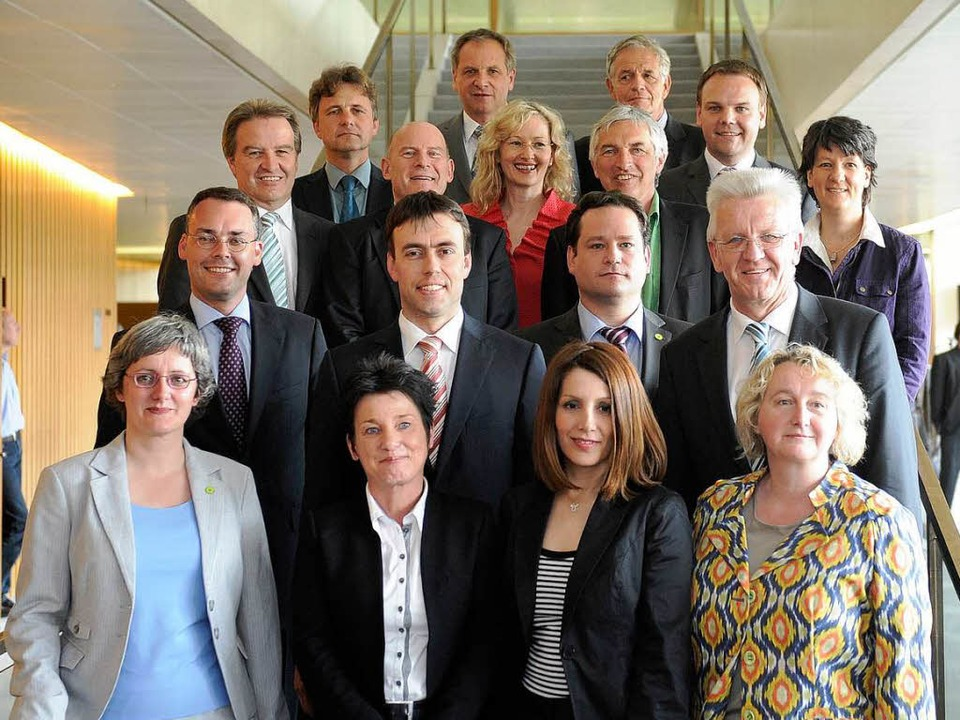 Die neue Landesregierung macht sich au... Fototermin auf der Treppe im Landtag.  | Foto: dapd
