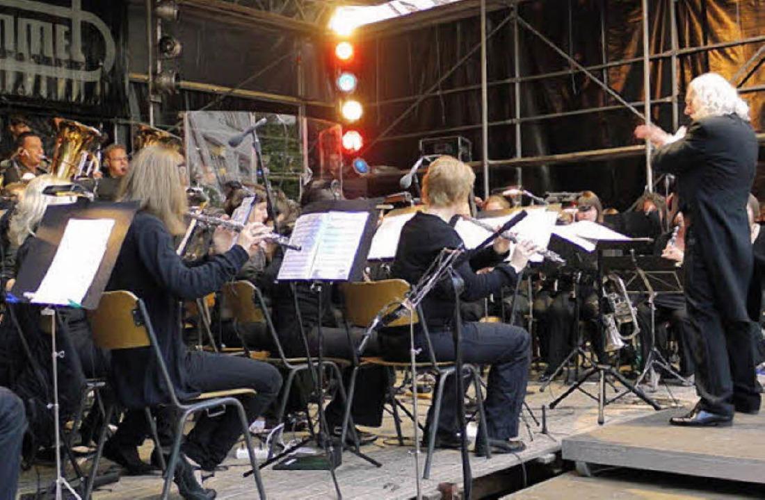 Seit dem vergangenen Sommer dirigiert ...tzkonzert - die Stadtmusik Waldkirch.   | Foto: Eberhard Weiss