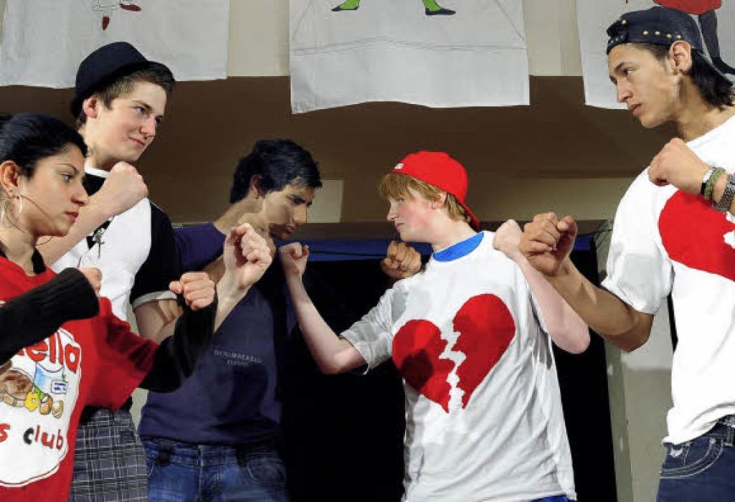 Kämpfen oder tanzen? Arbenita Denaj, W...ühler und Orhan Kerimovsci gegenüber.   | Foto: thomas kunz
