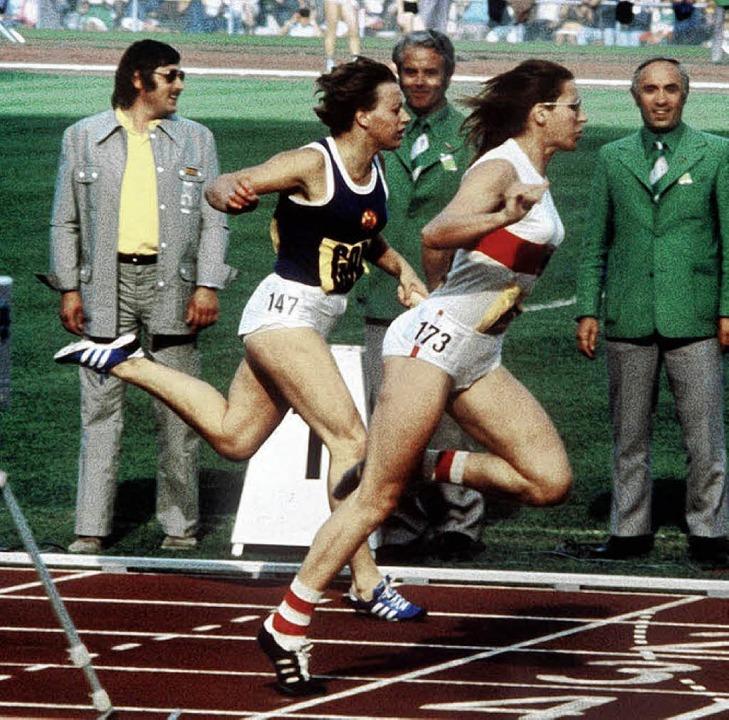 Die DDR-Sprinterin Renate Stecher komm...er Heide Rosendahl (rechts) ins Ziel.   | Foto: DPA