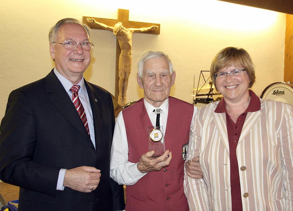 Josef Käfer (Mitte) erhält für seine 7...d der Bezirksvorsitzenden Karin Horst.  | Foto: Silvia Faller