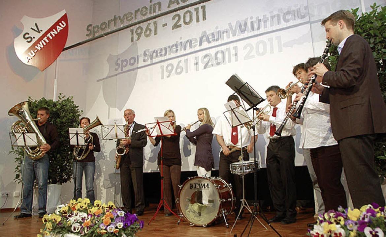 Das eigens für den Abend zusammengestellte Vereinsorchester.  | Foto: Tanja Bury