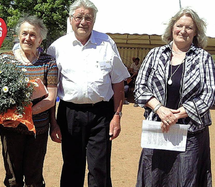Maria und Dieter Hann und Karin Servat...de des Verbands Siebenbürger Sachsen.   | Foto: Hartenstein