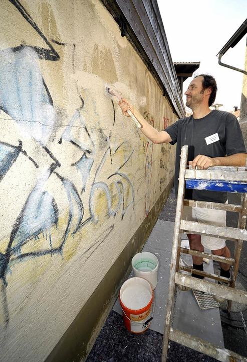 Maler Bernd Piskator half im Mai 2009 ...iti-Aktion im Stadtteil  Opfingen mit.  | Foto: archivfoto: thomas kunz