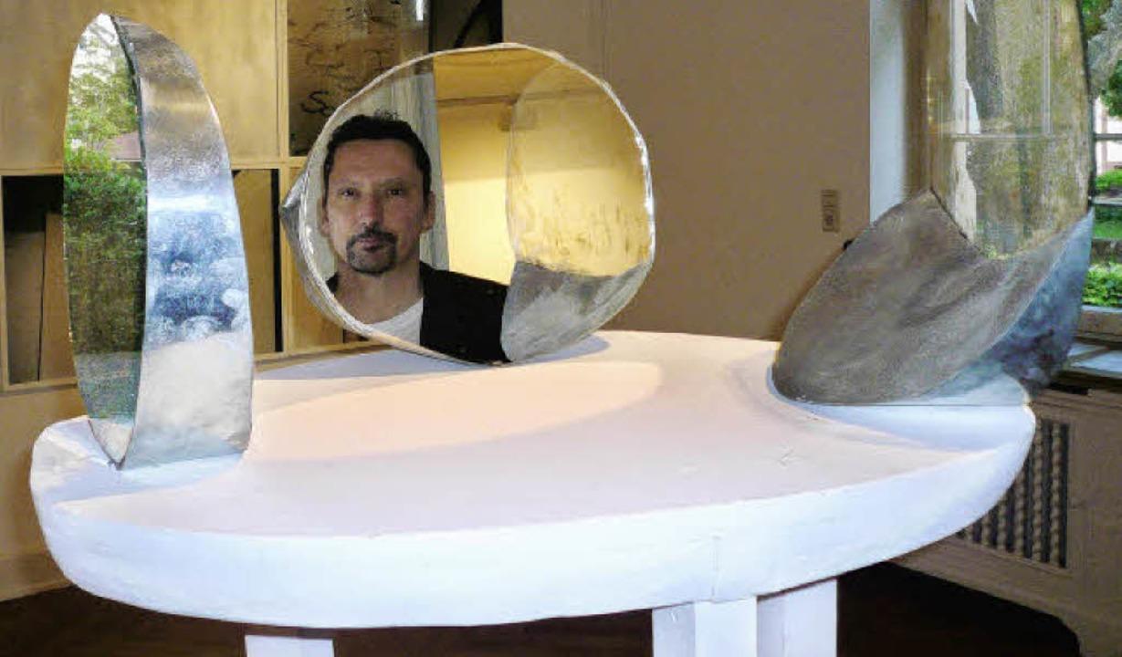 Philosoph Klaus Scherzinger  im Spiegel der Ausstellung im Georg-Scholz-Haus.   | Foto: Nicola Gastiger