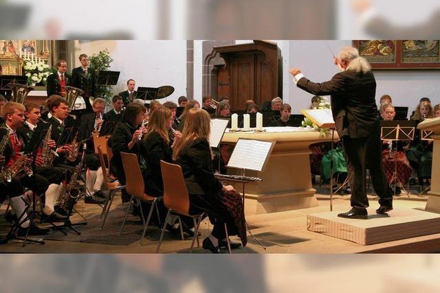 Blasmusik erfüllt wohlklingend das Kirchenschiff