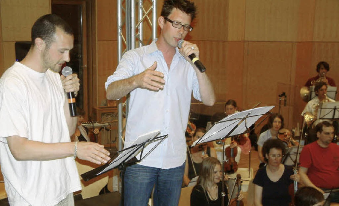Die Rapper Raphael Urweider und Nino Bürgi (links) mit der Basel Sinfonietta.   | Foto: Roswitha Frey