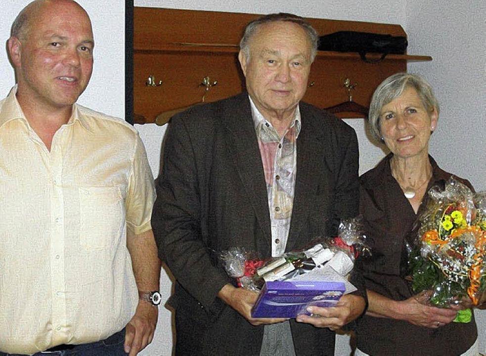 Verabschiedet (von links): Vorsitzende...kreises  jeweils mit einem Geschenk.    | Foto: Reinhard Herbrig
