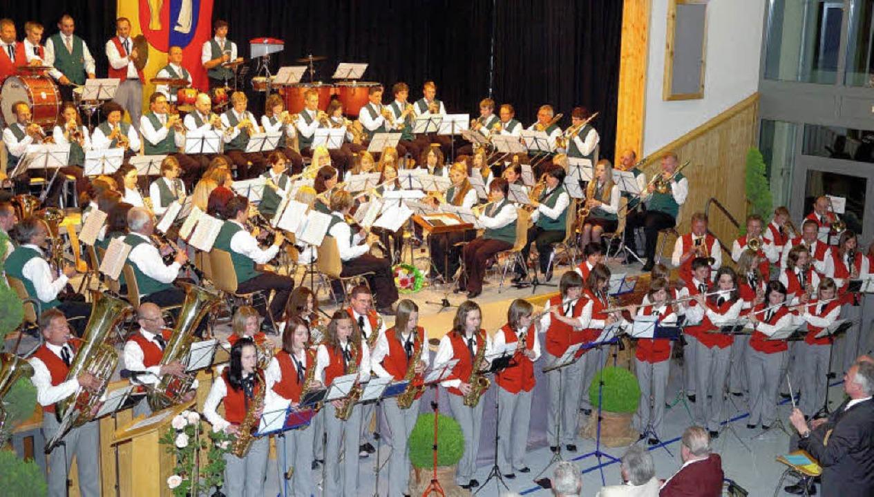 Der gemeinsame Auftritt der Musikverei...de Abschluss des gemeinsamen Konzerts.    Foto: Jürgen Schweizer