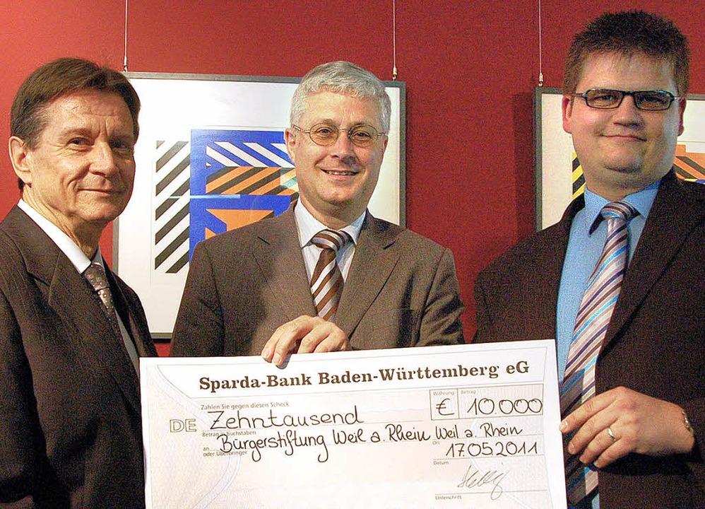 Eine Zustiftung in Höhe von 10 000 Eur...rdinator Ottmar Schmidt (von rechts).   | Foto: Jochen Fillisch